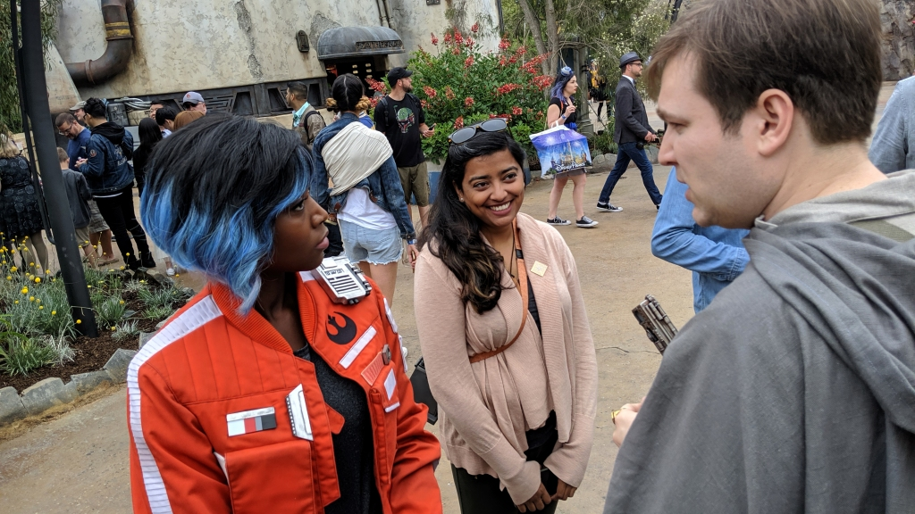 Vi Moradi talks with Resistance sympathizers in Star Wars: Galaxy's Edge.